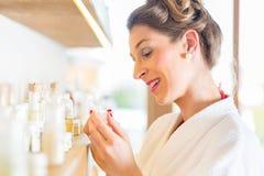 Γυναίκα που επιλέγει wellness spa τα προϊόντα Στοκ φωτογραφία με δικαίωμα ελεύθερης χρήσης