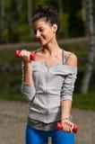 Γυναίκα που επιλύει και που χαμογελά Στοκ Εικόνες