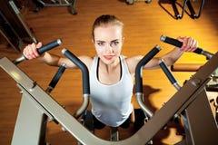 Γυναίκα που επιλύει στη γυμναστική - τράβηγμα UPS Στοκ Φωτογραφίες