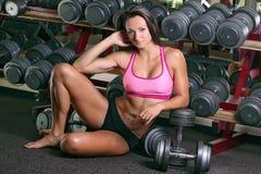 Γυναίκα που επιλύει στη γυμναστική Στοκ Φωτογραφίες