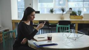 Γυναίκα που εργάζεται και που περιμένει τη συνεδρίαση με το συνέταιρο απόθεμα βίντεο