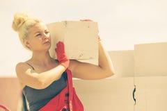 Γυναίκα που εργάζεται με τα airbricks στοκ εικόνες