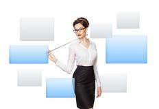 Γυναίκα που εργάζεται με την εικονική οθόνη στοκ εικόνες