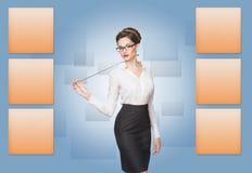 Γυναίκα που εργάζεται με την εικονική οθόνη στοκ εικόνα με δικαίωμα ελεύθερης χρήσης