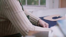 Γυναίκα που εργάζεται με το δέρμα στον πίνακα Χτυπώντας για τα μελλοντικά παπούτσια στο εργοστάσιο, υποδήματα manufactory 4K φιλμ μικρού μήκους
