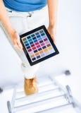 Γυναίκα που εργάζεται με το δείγμα app χρώματος Στοκ Εικόνες