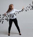 Γυναίκα που εργάζεται με το δυαδικό κώδικα, έννοια της ψηφιακής τεχνολογίας Στοκ φωτογραφίες με δικαίωμα ελεύθερης χρήσης