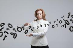 Γυναίκα που εργάζεται με το δυαδικό κώδικα, έννοια της ψηφιακής τεχνολογίας Στοκ εικόνα με δικαίωμα ελεύθερης χρήσης
