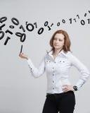 Γυναίκα που εργάζεται με το δυαδικό κώδικα, έννοια της ψηφιακής τεχνολογίας Στοκ εικόνες με δικαίωμα ελεύθερης χρήσης