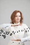 Γυναίκα που εργάζεται με το δυαδικό κώδικα, έννοια της ψηφιακής τεχνολογίας Στοκ Εικόνες
