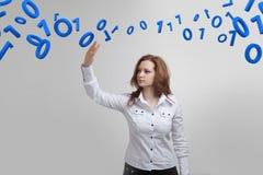 Γυναίκα που εργάζεται με το δυαδικό κώδικα, έννοια της ψηφιακής τεχνολογίας Στοκ Εικόνα