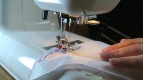 Γυναίκα που εργάζεται στη ράβοντας μηχανή απόθεμα βίντεο