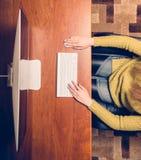 Γυναίκα που εργάζεται στον υπολογιστή κορυφαία όψη στοκ εικόνα με δικαίωμα ελεύθερης χρήσης