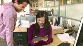 Γυναίκα που εργάζεται στον υπολογιστή στο σύγχρονο γραφείο απόθεμα βίντεο