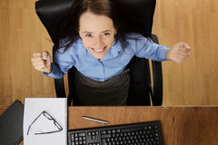 Γυναίκα που εργάζεται στο γραφείο πυροβοληθε'ν άνωθεν Στοκ Εικόνες