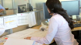 Γυναίκα που εργάζεται στο γραφείο στο γραφείο αρχιτεκτόνων φιλμ μικρού μήκους