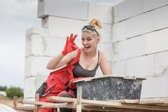 Γυναίκα που εργάζεται στο εγχώριο εργοτάξιο οικοδομής στοκ εικόνες με δικαίωμα ελεύθερης χρήσης