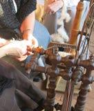γυναίκα που εργάζεται στο παλαιό περιστρεφόμενο μαλλί ροδών Στοκ φωτογραφία με δικαίωμα ελεύθερης χρήσης