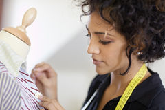 Γυναίκα που εργάζεται στο στούντιο σχεδίου μόδας Στοκ Εικόνες