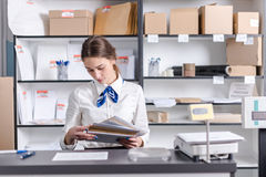 Γυναίκα που εργάζεται στο ταχυδρομείο Στοκ φωτογραφίες με δικαίωμα ελεύθερης χρήσης