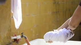 Γυναίκα που εργάζεται στο υπαίθριο πλυντήριο απόθεμα βίντεο