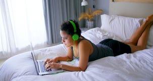 Γυναίκα που εργάζεται στο lap-top ακούοντας τη μουσική 4k φιλμ μικρού μήκους