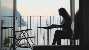 Γυναίκα που εργάζεται στο lap-top απόθεμα βίντεο
