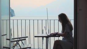 Γυναίκα που εργάζεται στο lap-top φιλμ μικρού μήκους