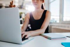 Γυναίκα που εργάζεται στο lap-top στο γραφείο Στοκ φωτογραφία με δικαίωμα ελεύθερης χρήσης