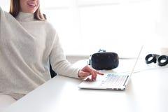 Γυναίκα που εργάζεται στο lap-top Στοκ φωτογραφίες με δικαίωμα ελεύθερης χρήσης
