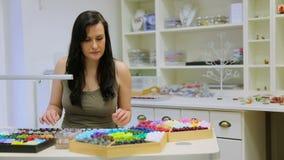 Γυναίκα που εργάζεται ως σχεδιαστής κοσμήματος απόθεμα βίντεο