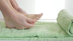 Γυναίκα που εφαρμόζει την κρέμα ποδιών φιλμ μικρού μήκους