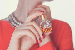 Γυναίκα που εφαρμόζει το άρωμα στο λαιμό της Στοκ Εικόνα