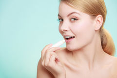 Γυναίκα που εφαρμόζει το βάλσαμο για τα χείλια στοκ εικόνες με δικαίωμα ελεύθερης χρήσης