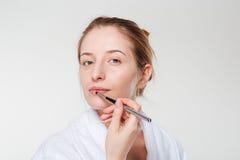 Γυναίκα που εφαρμόζει το κραγιόν με applicator Στοκ Εικόνα