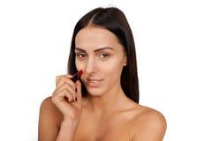 Γυναίκα που εφαρμόζει το κραγιόν στοκ εικόνα
