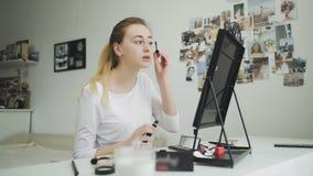 Γυναίκα που εφαρμόζει mascara eyelash τον καθρέφτη απόθεμα βίντεο