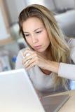 Γυναίκα που ελέγχει τα ηλεκτρονικά ταχυδρομεία στο lap-top Στοκ Εικόνες