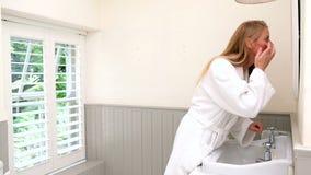 Γυναίκα που ελέγχεται στον καθρέφτη το πρωί απόθεμα βίντεο