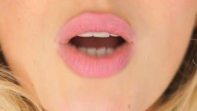 Γυναίκα που ζητά ένα φιλί απόθεμα βίντεο