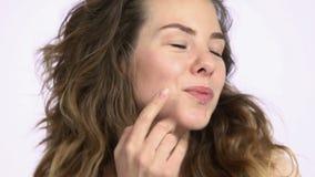 Γυναίκα που ζητά το φιλί μάγουλων απόθεμα βίντεο