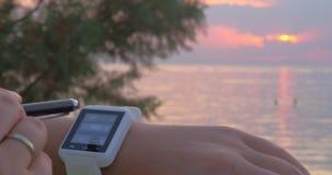 Γυναίκα που θέτει την ημερομηνία στο smartwatch φιλμ μικρού μήκους