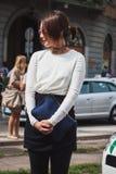 Γυναίκα που θέτει τις εξωτερικές επιδείξεις μόδας της Gucci που χτίζουν για την εβδομάδα 2014 μόδας των γυναικών του Μιλάνου Στοκ φωτογραφία με δικαίωμα ελεύθερης χρήσης