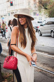 Γυναίκα που θέτει τις εξωτερικές επιδείξεις μόδας της Gucci που χτίζουν για την εβδομάδα 2014 μόδας των γυναικών του Μιλάνου Στοκ φωτογραφίες με δικαίωμα ελεύθερης χρήσης