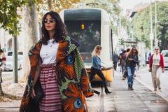 Γυναίκα που θέτει τις εξωτερικές επιδείξεις μόδας της Gucci που χτίζουν για την εβδομάδα 2014 μόδας των γυναικών του Μιλάνου Στοκ Φωτογραφία