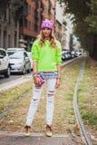 Γυναίκα που θέτει τις εξωτερικές επιδείξεις μόδας της Gucci που χτίζουν για την εβδομάδα 2014 μόδας των γυναικών του Μιλάνου Στοκ Φωτογραφίες