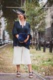 Γυναίκα που θέτει τις εξωτερικές επιδείξεις μόδας της Gucci που χτίζουν για την εβδομάδα 2014 μόδας των γυναικών του Μιλάνου Στοκ εικόνες με δικαίωμα ελεύθερης χρήσης