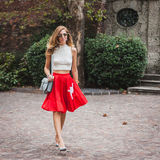 Γυναίκα που θέτει τις εξωτερικές επιδείξεις μόδας της Gucci που χτίζουν για την εβδομάδα 2014 μόδας των γυναικών του Μιλάνου Στοκ εικόνα με δικαίωμα ελεύθερης χρήσης