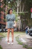 Γυναίκα που θέτει τις εξωτερικές επιδείξεις μόδας της Gucci που χτίζουν για την εβδομάδα 2014 μόδας των γυναικών του Μιλάνου Στοκ Εικόνες