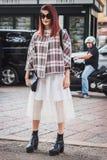 Γυναίκα που θέτει τις εξωτερικές επιδείξεις μόδας της Gucci που χτίζουν για την εβδομάδα 2014 μόδας των γυναικών του Μιλάνου Στοκ Εικόνα